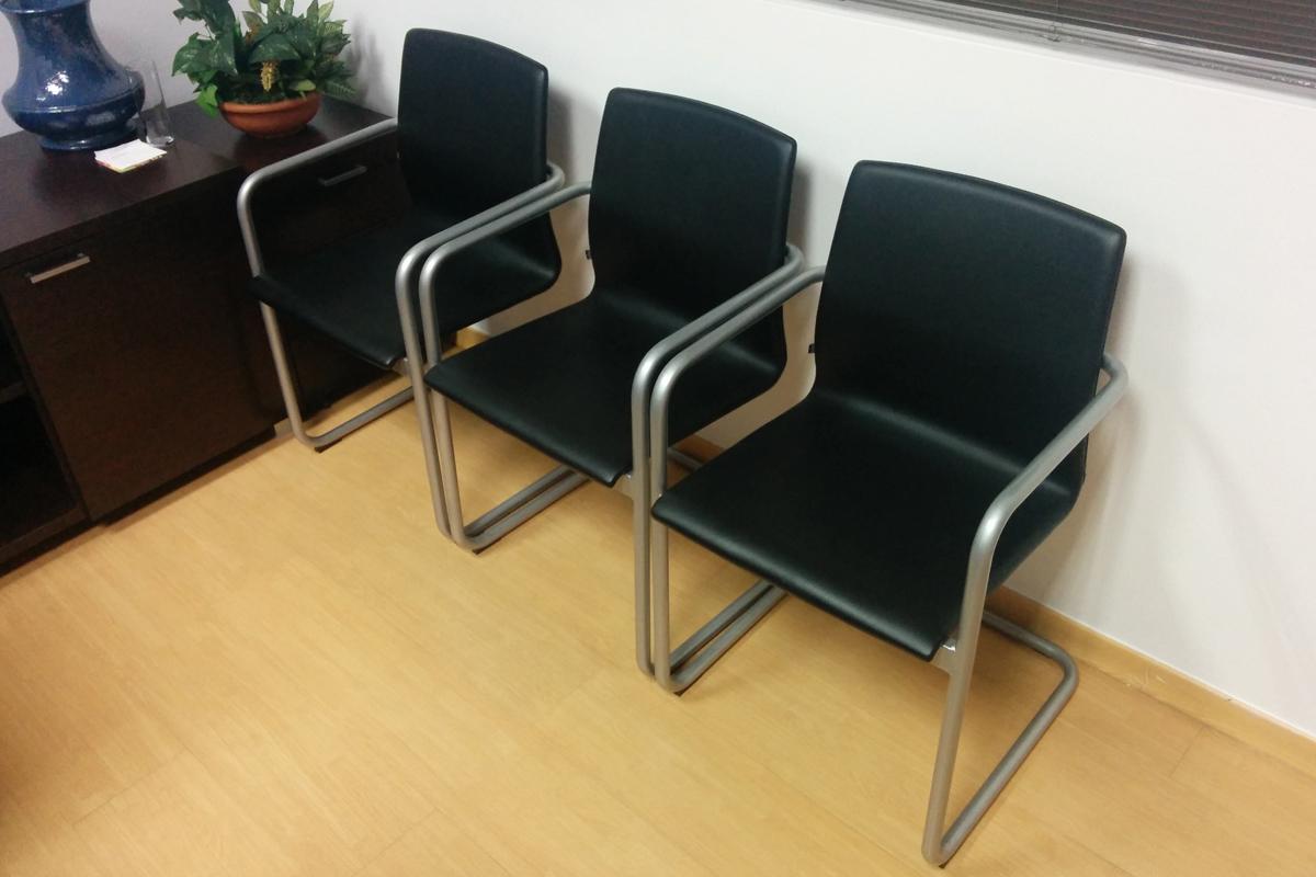 sala-de-reuniones-sillas-negras